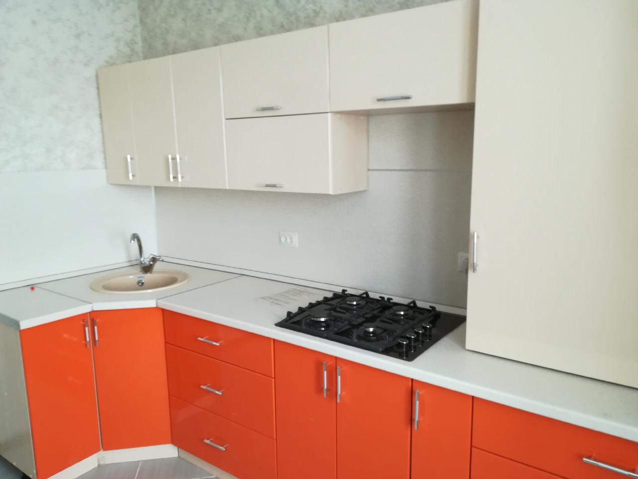 кухня бело-оранжевая на заказ