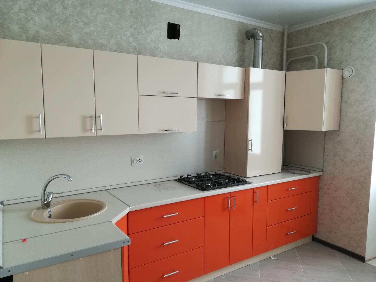 оранжево-белая кухня на заказ